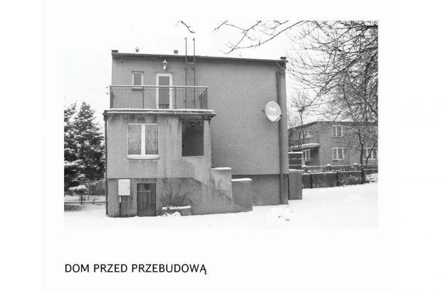 Celem przebudowy domu jednorodzinnego z lat 70-tych, tzw. kostki polskiej, zlokalizowanego w Mysłowicach, było podniesienie standardu obiektu oraz zwiększenie powierzchni użytkowej budynku, przy jednocześnie umiarkowanym budżecie inwestora.