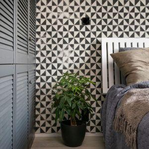 W sypialni nie zabrakło miejsca na dużą szafę i zielony akcent. Projekt: Mikołajska Studio