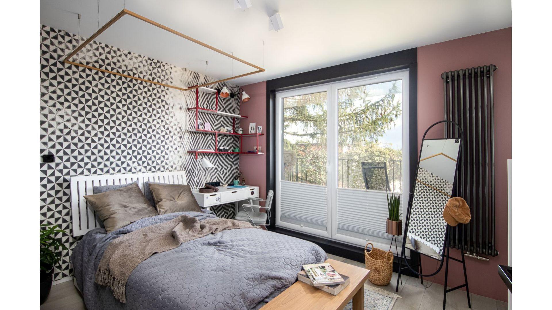 W centralnym miejscu sypialni ustawiono duże łóżko. Projekt: Mikołajska Studio
