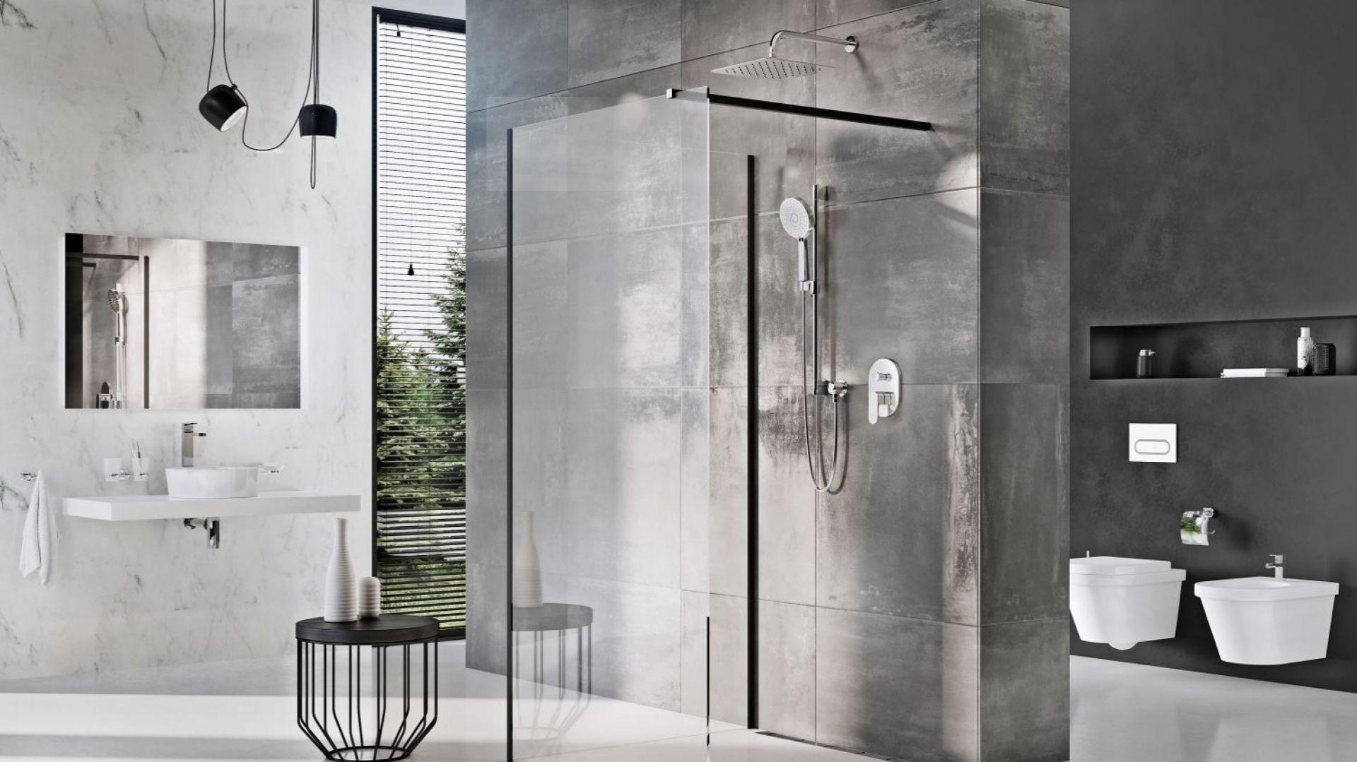 Kabina prysznicowa Walk-In Corner z profilami i wspornikami w czarnym wykonaniu dostępna jest w ofercie firmy Ravak. Fot. Ravak