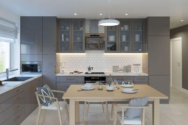 Kuchnia to jedno z najważniejszych pomieszczeń w domu, w którym koncentruje się życie rodziny. Musi być tak zorganizowana, by zapewniać komfortową przestrzeń domownikom, umożliwiać wygodne i bezpieczne przygotowywanie posiłków oraz przechowyw
