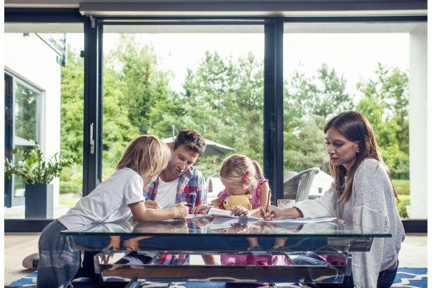 Panoramiczne drzwi tarasowe i okna praktycznie zastępujące ściany sprawiają, że dom zostaje dobrze doświetlony naturalnym światłem dziennym, a domownicy mogą obserwować zieleń ogrodu czy pobliskiego parku.
