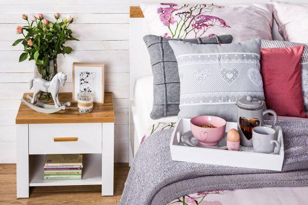 Sypialnia to jedno z najważniejszych pomieszczeń w domu. To w nim odpoczywamy po intensywnym dniu w pracy i zbieramy siły na kolejne wyzwania. Aby właściwie zregenerować się podczas snu, nasza sypialnia powinna być odpowiednio wyposażona.