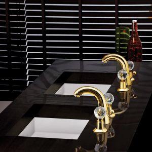 Rendezvous to biżuteryjne baterie umywalkowe w złotym wykończeniu z dekoracyjnymi kurkami. Fot. Jaquar