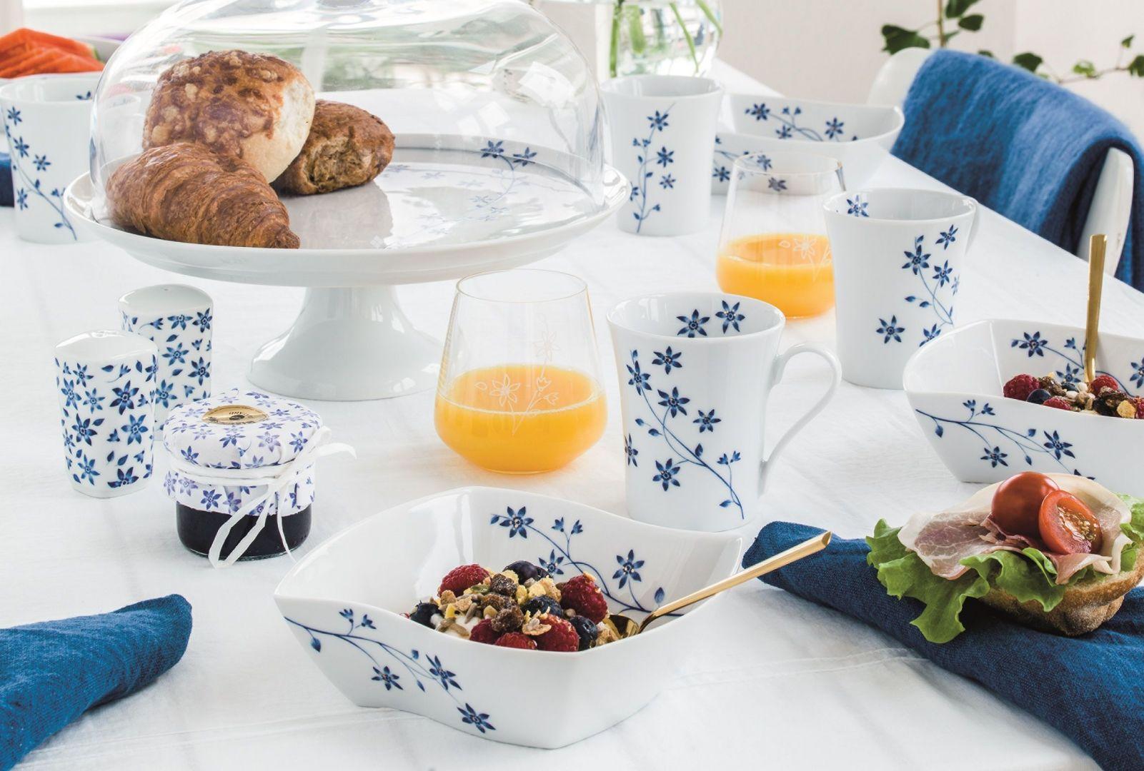 Serwis porcelanowy Lise zdobią niebieskie kwiaty i szczypta złota. Fot. Fyrklövern