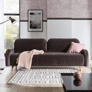 Sofa Domio lekkiej formie i niedużych rozmiarach ma modne przeszycia na siedzisku i boczkach oraz drewniane nóżki; z funkcję spania oraz pojemnik na pościel. Fot. Stagra