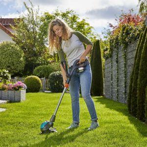 Koszenie trawnika. Nowoczesne narzędzia: kosiarki i roboty koszące. Fot. Gardena