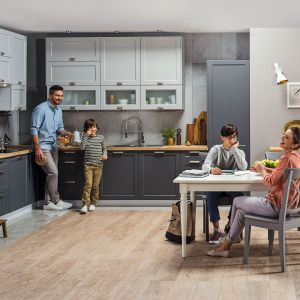 Modułowe meble kuchenne Fino wyróżniają modne fronty szafek w dwóch kolorach - białym i szarym. Dostępne w ofercie sieci Castorama. Fot. Castorama