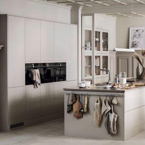 Podstawą aranżacji kuchni Architect Plus jest beż. Konsekwentnie jednolite fronty szuflad na wyspie kuchennej i wysokie szafki budują proste, spokojne i harmonijne wnętrze. Dostępne w ofercie firmy Morbodal. Fot. Morabodal