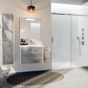 Ronda – meble dostępne w dwóch kompozycjach: pierwsza stanowi fronty imitujące beton z korpusami w bieli, druga to połączenie bieli w macie i połysku. Obie propozycje są uniwersalne i nadają się do wielu stylizacji. Dostępne w ofercie firmy Roca. Fot. Roca
