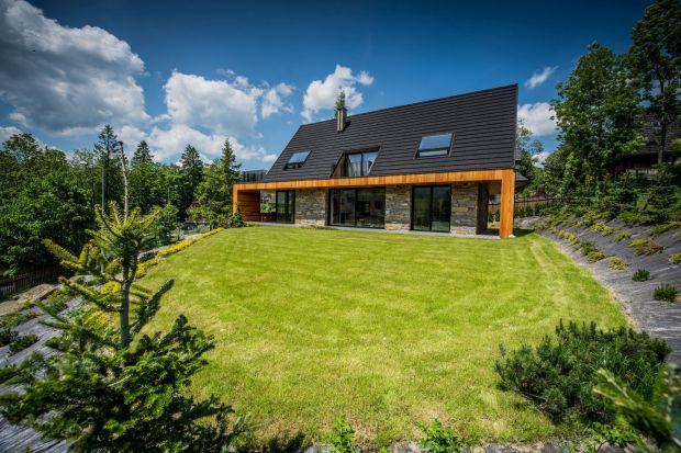 Ten nowoczesny dom doskonale wpisuje się w górski krajobraz. Architektom udało się bowiem pięknie połączyć to co współczesne z elementami tradycji.