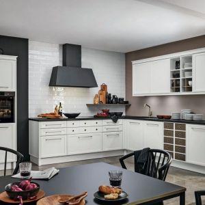 Kuchnia Toriono to nowoczesna klasyka z delikatnymi, stylowymi frontami, eleganckimi listwami wieńczącymi, oryginalne drewniane szuflady. Do kupienia w osiemnastu kolorach serii lakierów matowych. Meble dostępne w ofercie firmy Nolte Küchen. Fot. Nolte Küchen