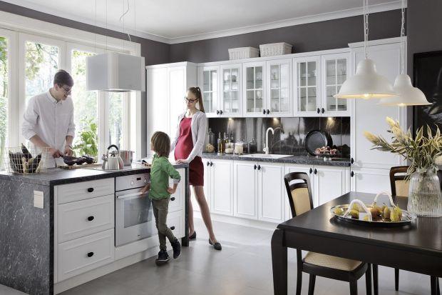 Piękna i dystyngowana przestrzeń kuchenna nie musi być nudna. Wystarczy klasyczny wystrój przełamać nowoczesnymi elementami. Jasne kolory, proste formy i niewyszukane detale sprawdzą się w tej roli najlepiej.