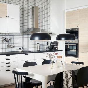 Elastyczny i pojemny zestaw mebli kuchennych dostępny w ofercie IKEA. Fronty: Veddinge. Fot. IKEA
