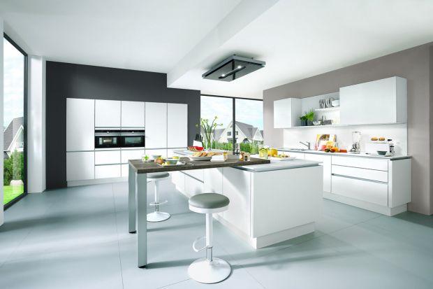 Biała kuchnia jest uniwersalna i zawsze modna. Doskonale sprawdzi się w małym, jak i w dużym wnętrzu. I w każdej stylistyce zaprezentuje się pięknie.
