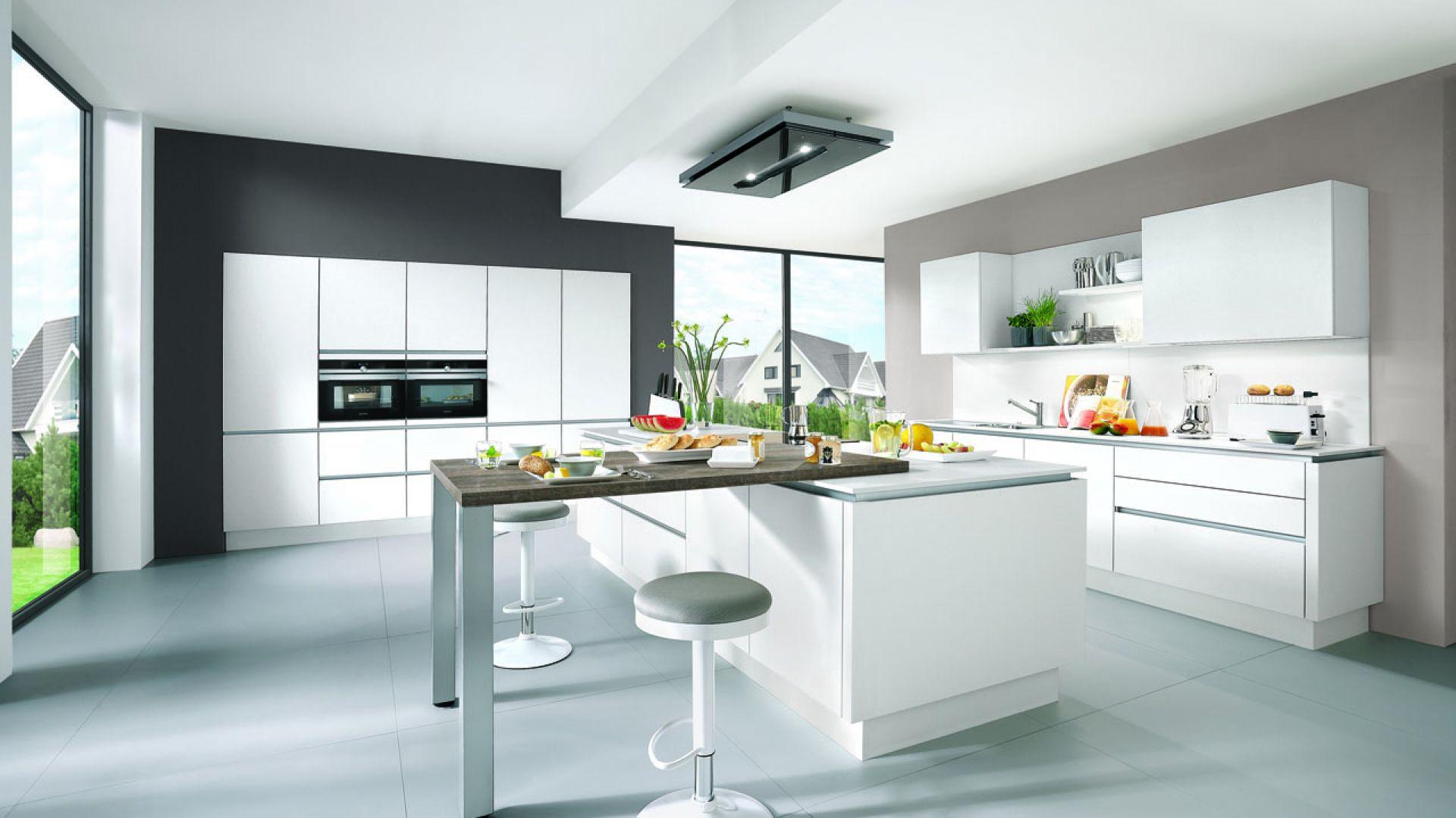 Białe meble do kuchni z kolekcji Laser dostępne w ofercie firmy Verle Küchen. Fot. Verle Küchen