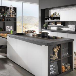 Białe meble do kuchni z kolekcji Young living dostępne w ofercie firmy Raional. Fot. Rational