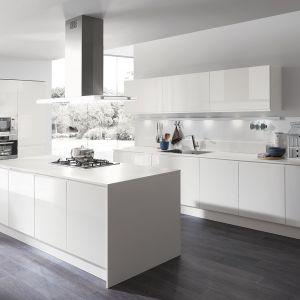 Białe meble do kuchni z kolekcji Masca Laccata dostępne w ofercie firmy Aran Cucine. Fot. Aran Cucine