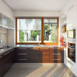Półotwartą kuchnię zaprojektowano w nowoczesnym stylu. Zadbano o jej funkcjonalny charakter i doświetlenie światłem naturalnym. Fot. Archipelag