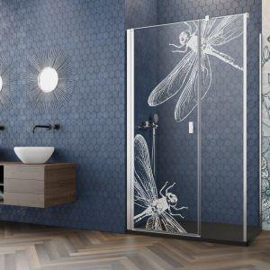 Ciekawym pomysłem na metamorfozę wnętrza może być także wymiana kabiny prysznicowej lub zamontowanie parawanu nawannowego z efektownym grawerunkiem. Fot. Radaway