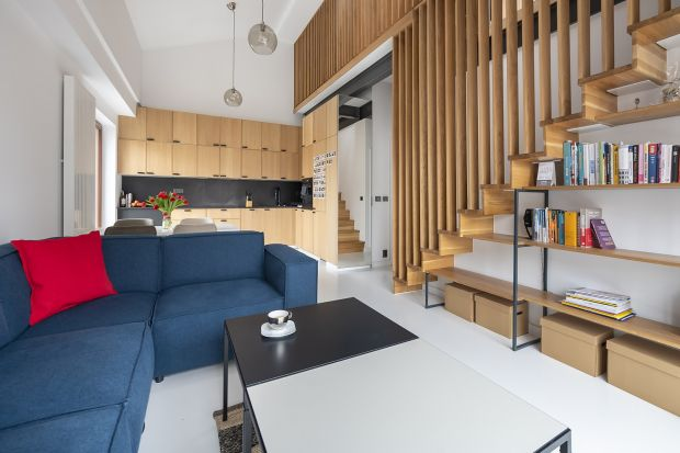 Miało być prosto, funkcjonalnie, żadnego blichtru czy fikuśnych, dekoracyjnych form, za to z wyraźnie dominującą rozgrzewająca nutą naturalnego drewna. Ot, zwyczajne mieszkanie do mieszkania.