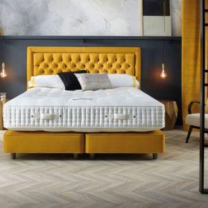 Mocny akcent w sypialni - żółte łóżko. Dostępne w ofercie firmy Home & Hotel Solutions. Fot. Home & Hotel Solutions