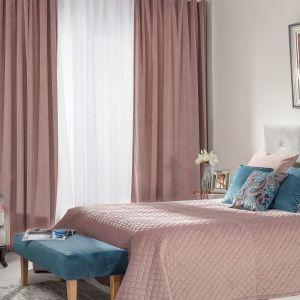 Dodatki to zawsze doskonały pomysł na ożywienie przestrzeni sypialni. Zasłony, narzuta, poduszki dostępne w ofercie firmy Dekoria. Fot. Dekoria