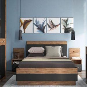 Spokojna, niebieska ściana w sypialni tworzy spójną, elegancją aranżacje z drewnianymi meblami. Meble dostępne w ofercie firmy Meble Wójcik. Fot. Meble Wójcik