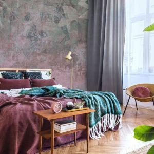 Tapeta Fades zapewnia ściany utworzonej z wzorzystych poprzecieranych płytek. Dostępna w ofercie firmy Doubleroom. Fot. Doubleroom