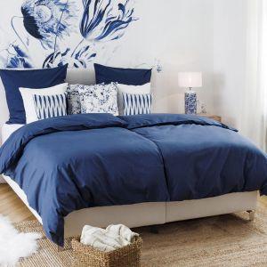 Niebieskie dodatki w sypialni to znakomity wybór. Tekstylia i dodatki z kolekcji Summer in Hamptons. Fot. Westwing