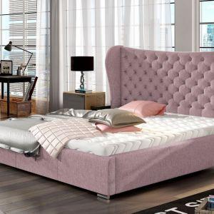 Łóżko tapicerowane Lancaster z efektownym zagłówkiem w kolorze pudrowego różu dostępne w ofercie marki Comforteo. Fot. Comforteo