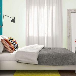 Kolorowa ściana w jasnym wnętrzu sprawdza się doskonale. Matowa farba Deco & Protect dostępna jest w ofercie marki Jedynka. Fot. Jedynka