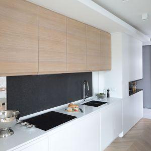 Ściana nad blatem w kuchni - piękne i praktyczne rozwiązania. Projekt Agnieszka Zaremba, Magdalena Kostrzewa-Świątek. Fot. Bartosz Jarosz  1.jpg