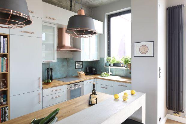 Szkło, płytki ceramiczne, cegła, farba czy beton? Jak wykończyć ścianę w kuchni? Prezentujemy piękne i praktyczne rozwiązania z polskich domów.