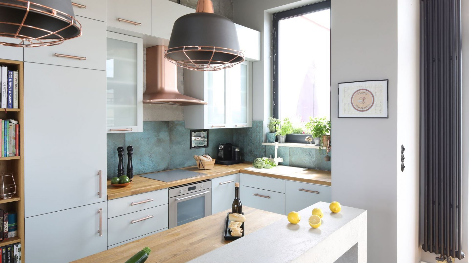 Ściana nad blatem w kuchni - piękne i praktyczne rozwiązania. Projekt: Maciejka Peszyńska-Drews. Fot. Bartosz Jarosz