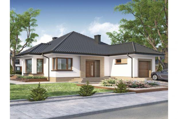 Wygodny dom parterowy, idealny dla 4-osobowej rodziny. Wyważonej i przyjemnej w odbiorze bryle budynku nowoczesności i charakteru dodają narożne okna i drewniana okładzina na elewacji.