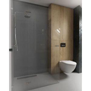 Łazienka jest na tyle duża, że oprócz wanny zmieściła się w niej spora kabina prysznicowa ze zrobionymi na wymiar ściankami z bezpiecznego szkła. Fot. Pracownia Architektoniczna MGN