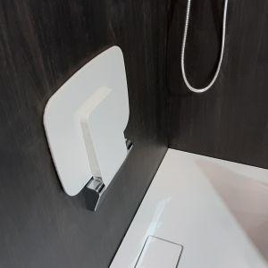 Dzięki możliwości składania siedzisko Seduro nie zajmuje dużo miejsca – po złożeniu odstaje jedynie 52 mm od ściany. Fot. Excellent