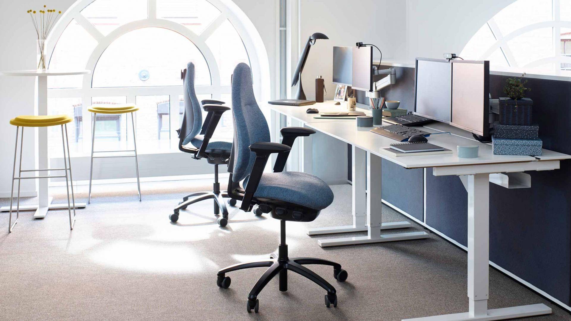 Fotel RH New Logic, umożliwiający najbardziej precyzyjne dopasowanie do postawy użytkownika, jednocześnie zapewniając ergonomiczną swobodę ruchu. Fot. mat. pras.  HSR.life