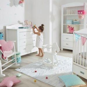 Pomysł na urządzenie pokoju dziecka. Na zdjęciu: biały fotel bujany Bellamy Cosy dostępny w ofercie Bonami.pl. Fot. Bonami.pl