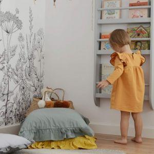 Pomysł na urządzenie pokoju dziecka. Na zdjęciu: półka wisząca na książki, skarby i drobiazgi dostępna w ofercie Sleep & Fun. Fot. sesja zdjęciowa Śladem bosych stóp dla Sleep & Fun