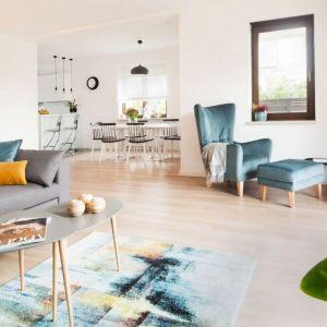 Sporym wyzwaniem okazała się aranżacja salonu ze strefami i otwartej kuchni z jadalnią. Fot. www.makehome.pl
