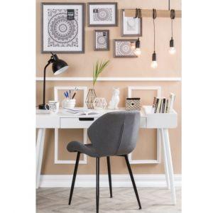 Podczas pracy najwięcej czasu spędzasz przy biurku, dlatego istotne jest, aby było funkcjonalne i ułatwiało wykonywanie obowiązków. Fot. Agata