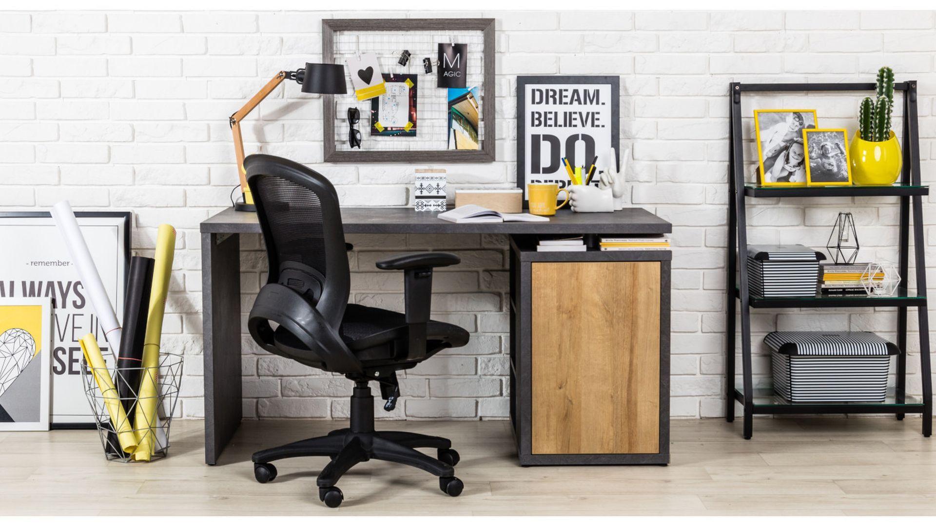 Fotel biurowy powinien ułatwiać pracę i wykonywanie wszystkich czynności przy biurku, dlatego warto wybrać model na kółkach, który znacznie usprawni poruszanie. Fot. Agata