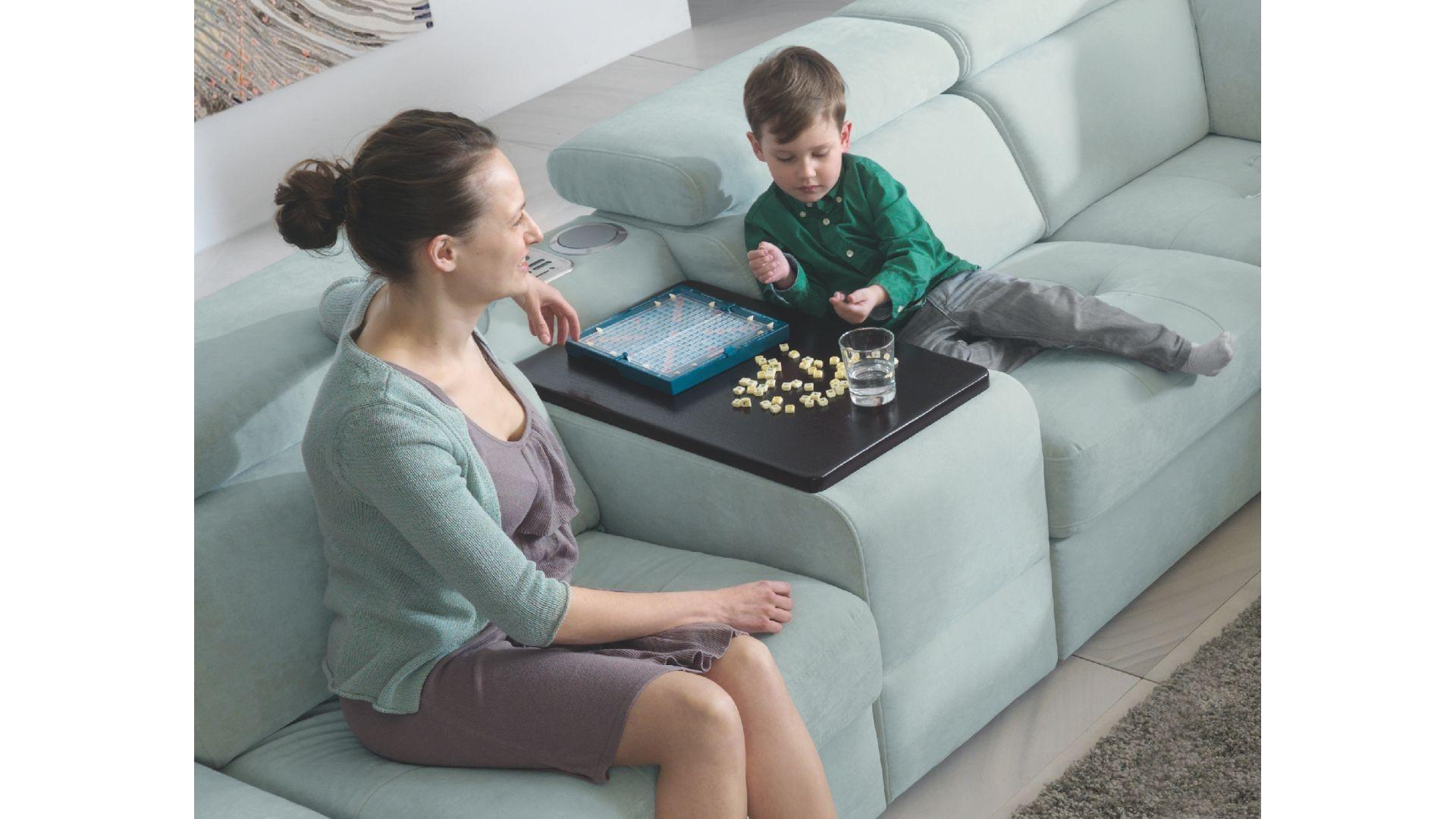 Granie w gry to świetny sposób na spędzanie wolnego czasu razem z całą rodziną – można to robić zarówno z maluchami, jak i nastolatkami. Fot. Gala Collezione