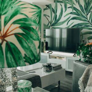 """Motywy roślinne pojawiają się w wielu elementach dekoracyjnych. To charakterystyczne dla stylu urban jungle. Fot. WPBM """"Mój Dom"""" S.A."""