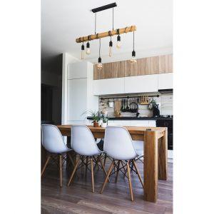 """W stylu industrialnym do aranżacji często wykorzystuje się designerskie lampy – z charakterystycznymi, odsłoniętymi żarówkami – obowiązkowo o ciepłej barwie światła. Fot. WPBM """"Mój Dom"""" S.A."""