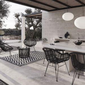 Czarno-biały minimalizm z przestrzenią do wspólnych posiłków na świeżym powietrzu. Fot. Westwing