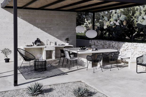 Minimalizm na dobre zagościł w naszycharanżacjach. To styl, który idealnie pasuje do nowoczesnych stylizacji, również na tarasie. Przedstawiamy jedną z minimalistycznych aranżacji strefy na zewnątrz domu.