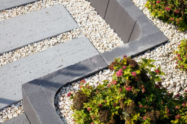 Kostki i płyty betonowe znalazły szerokie zastosowanie zarówno w przydomowych ogrodach, jak i w przestrzeniach publicznych. Mnogość stylów, faktur, wymiarów i barw jest tak duża, że można z nich ułożyć dowolną kompozycję.